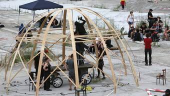Etwa 100 Aktivisten halten seit Freitag das Binz-Areal in Zürich besetzt. Das Bild vom vergangenen Freitag zeigt den Aufbau von Zelten.