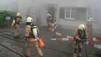 Alarm für die Stützpunktfeuerwehr Frick: Pfarrhaus auf dem Rampart ist im Rauch verschwunden. – Foto: pro