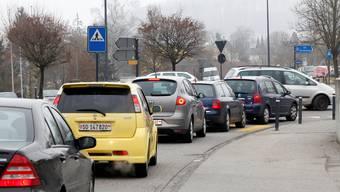 Der St.-Urs-Kreisel in Biberist ist ein neuralgischer Punkt, an dem sich der Verkehr regelmässig staut. bar