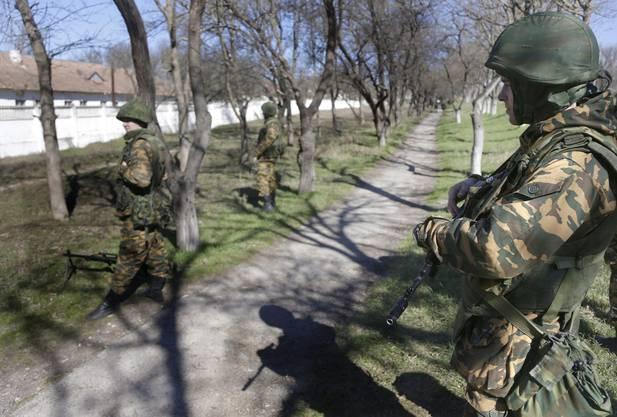 Soldaten unbekannter Herkunft vor einer ukrainischen Militärkaserne.