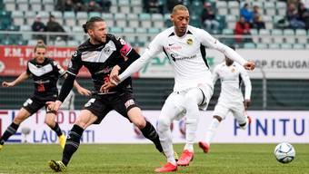 Abgemeldet: Fabio Daprelà (Lugano, links) lässt Guillaume Hoarau (YB) keinen Raum.