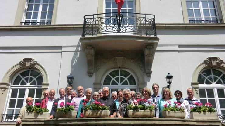 Reisegruppe vor der Schweizer Residenz in Strassburg, mit Nationalrat Maximilian Reimann (vierter von links) und Botschafter Markus Börlin (fünfter von links)