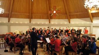 Igor Retnev dirigiert die Musikerinnen und Musiker des Chors und der Jugendmusik.