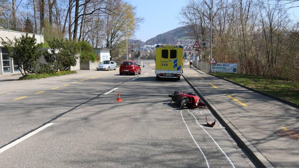 Der Töfffahrer und der Hund wurden verletzt.