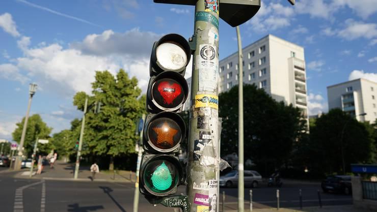 Die Ampeln in Berlin sind Anschlagplatz und Informationszentrum