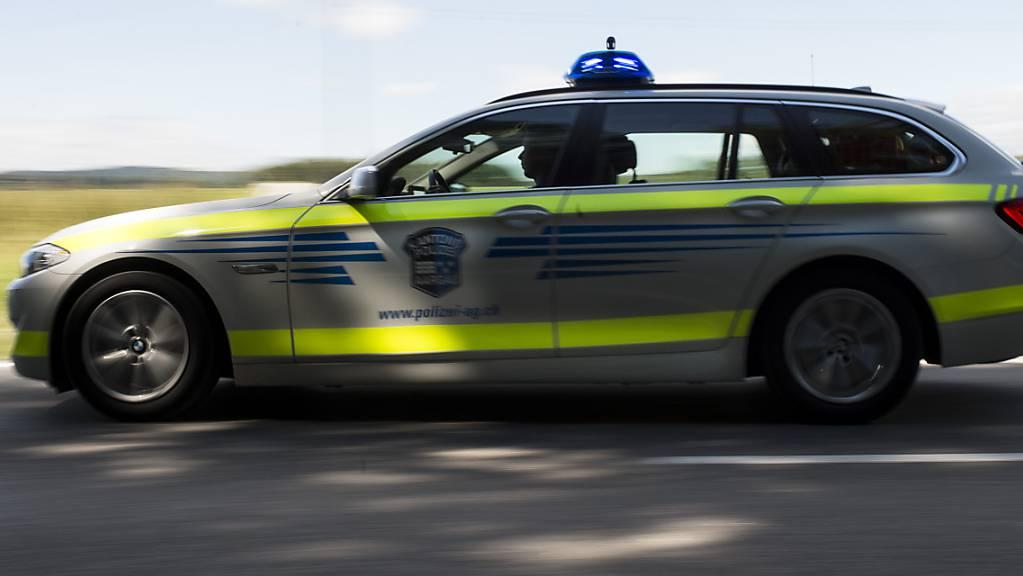 Die Kantonspolizei Aargau nahm der 18-jährigen mutmasslichen Unfallverursacherin den Führerausweis auf Probe ab. (Symbolbild)