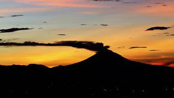 Der Vulkan Popocatépetl südöstlich von Mexiko-Stadt spuckt wieder Asche und Rauch. (Archivbild)