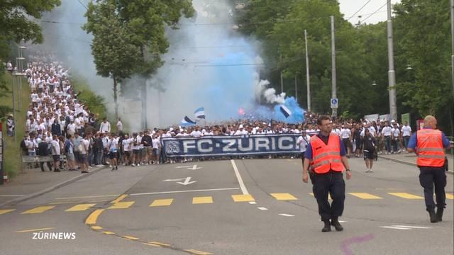 FCZ-Mitarbeiter brennen Pyros auf Volkshaus-Balkon ab