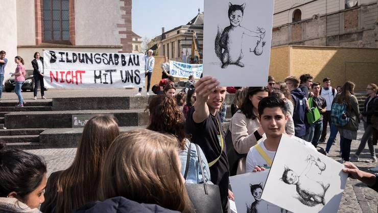 Am 15:00 trafen sich die SchülerInnen am Barfüsserplatz. Ausgerüstet waren sie mit Transparenten und Sprüchen.