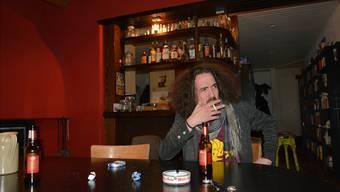 «Es ist kein Geheimnis: Ich bin ein Linker», sagt Daniel Kissling in seiner Wohngemeinschaft, in der es ebenfalls eine kleine Bar gibt.