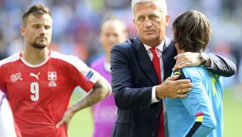 Vladimir Petkovic tröstet die unglücklichen Natispieler.