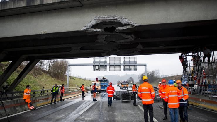 13. Januar 2014: Die Autobahnbrücke bei Birmenstorf ist durch einen Bagger stark beschädigt worden. (Archiv)