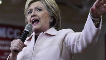 Ungünstiger Zeitpunkt: Neues Ungemach in der Mail-Affäre für US-Präsidentschaftsbewerberin Hillary Clinton vor der ersten Vorwahl.