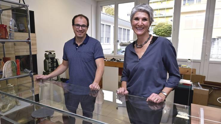 Oliver Leuenberger und Chantal Hofer-Dietziker beim Einrichten des neuen Goldschmiede-Ateliers.