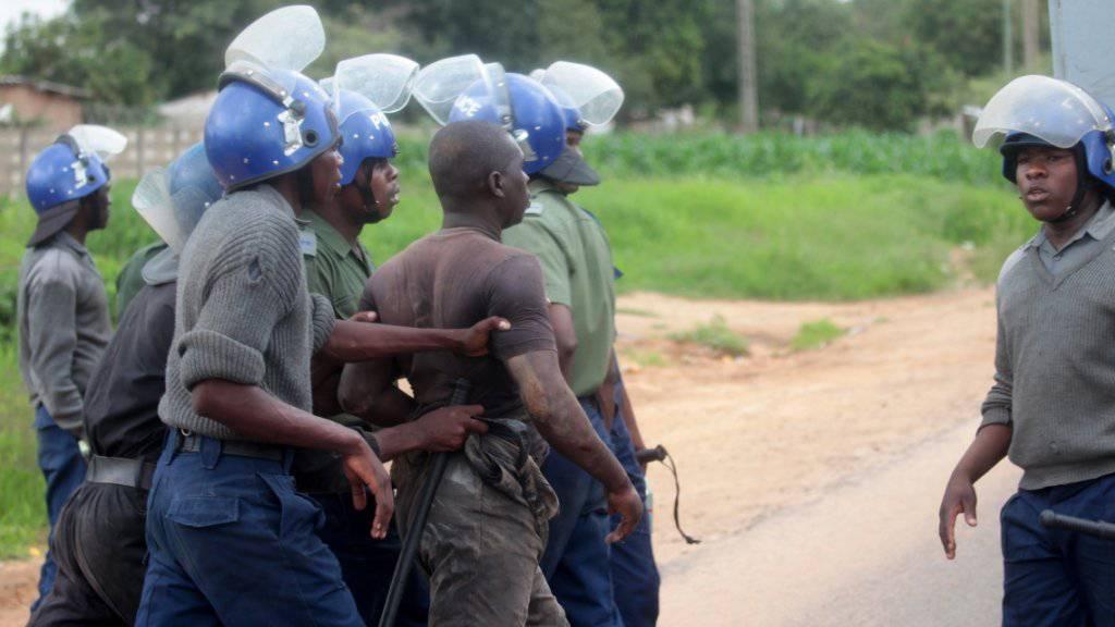 Sicherheitskräfte in Simbabwe haben am Montag versucht, die Lage nach Ausschreitungen in den Griff zu bekommen.
