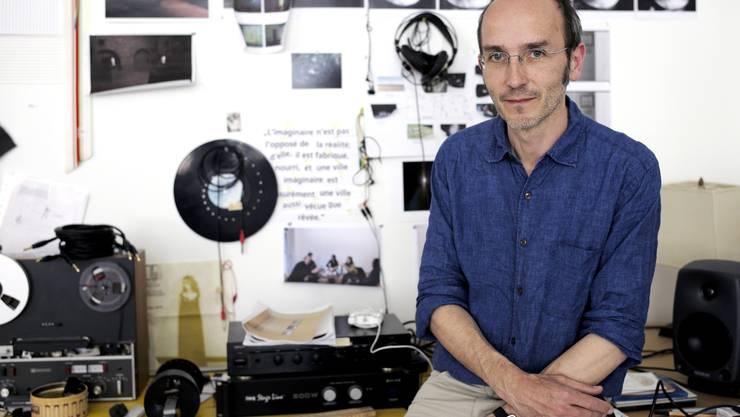 Max Philipp Schmid brütet in seinem Atelier Töne und Bilder aus.