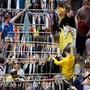 Eine solche Szene hat man aufgrund des Corona-Lockdowns schon länger nicht mehr gesehen. Im Bild kaufen Leute Kleider ab der Stange in Zürich.
