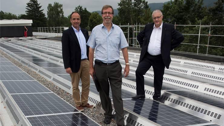 Gemeindeammann Markus Dieth (links), EWW-Geschäftsleiter Peter Wiederkehr (Mitte) und Gemeinderat Roland Kuster besichtigen die erste gemeindeeigene Photovoltaikanlage. Alex Spichale