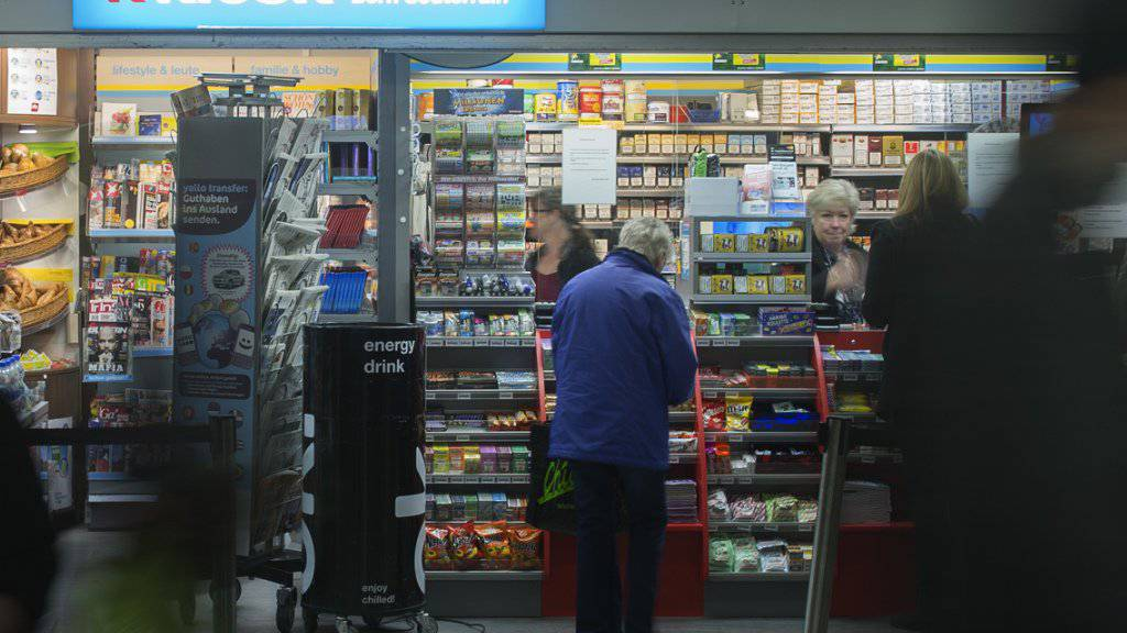 An den Kiosken der Valora Gruppe gilt beim Zigarettenkauf ab dem kommenden Jahr die Alterslimite 18. (Archivbild)
