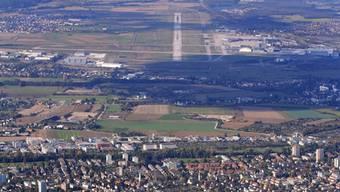 Südanflug zum Euro-Airport über Allschwil: Ein Flugzeugabsturz hätte hier furchtbare Folgen.