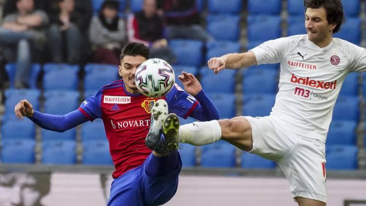 Raoul Petretta und Miroslav Stevanovic kämpfen um den Ball.