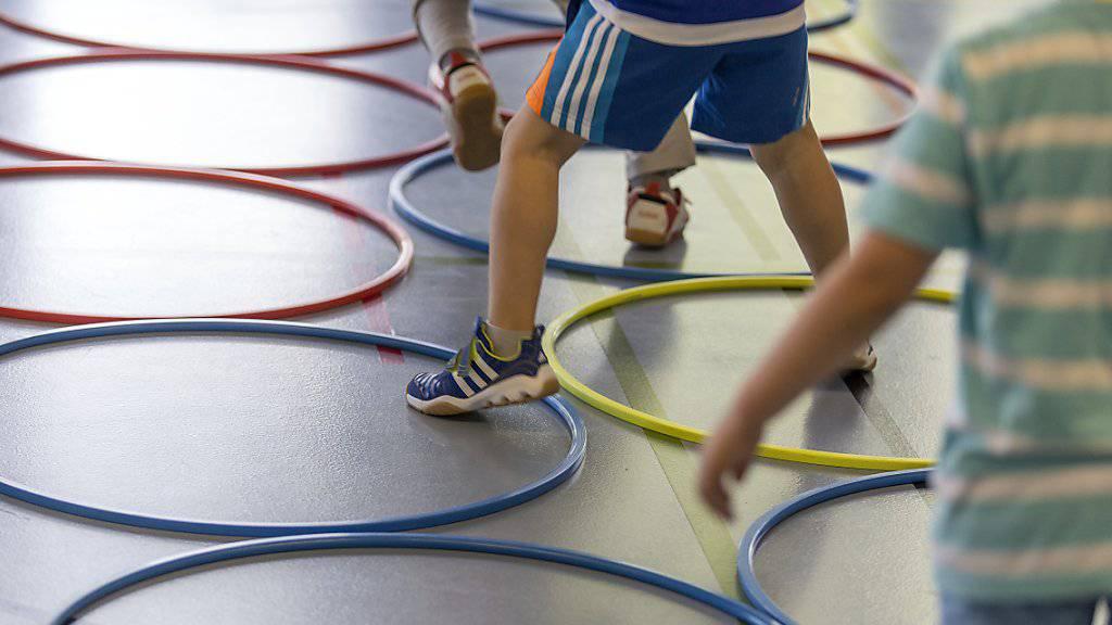 Auch mit kleineren Verletzungen können Kinder und Jugendliche am Sportunterricht teilnehmen. Aber Lehrkräfte müssen wissen, welche Aktivitäten für betroffene Schülerinnen und Schüler unbedenklich sind. Dabei hilft eine neue App. (Symbolbild)
