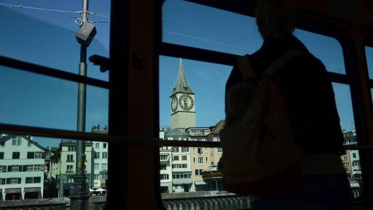 Zeit für Reflexion: Zwischen dem Hauptbahnhof Zürich und dem Bellevue sinnieren die jungen Stadtführer über Lohnarbeit.