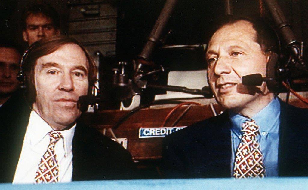 Günter Netzer und Beni Thurnheer moderieren im August 1995 ein Länderspiel. (© Keystone)