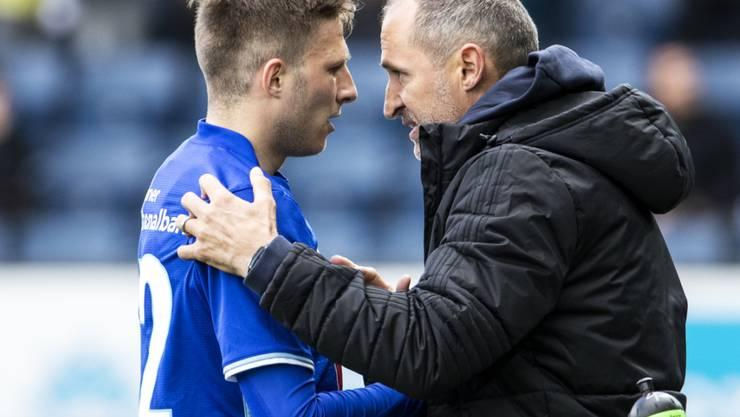Luzerns Trainer Thomas Häberli beglückwünscht den Torschützen Idriz Voca. (Archivbild)