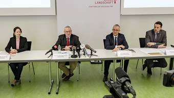 An der Medienkonferenz: Monika Hänggi (Kantonsärztin), Jörg Leuppi (Chefarzt KSBL), Gesundheitsdirektor Thomas Weber und Patrik Reiniger (Leiter Kantonaler Krisenstab).)