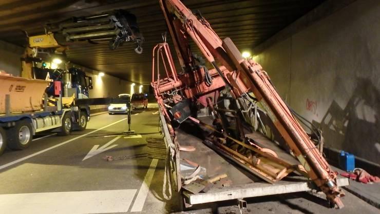 Der Kran, der auf einem Lastwagen-Anhänger transportiert wurde, blieb in Brugg an der Decke einer SBB-Unterführung hängen.