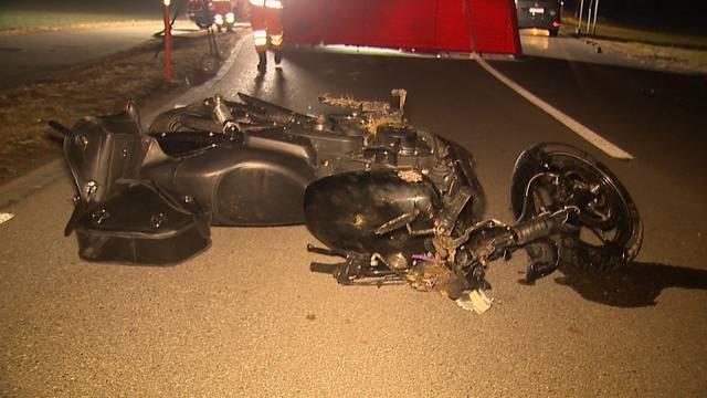 Seuzach ZH, 19. Februar: Bei einem Verkehrsunfall ist ein Motorradfahrer ums Leben gekommen. Der 28-jährige Mann fuhr über eine Mittelinsel und kollidierte mit zwei Schutzpfosten sowie einem Baum.