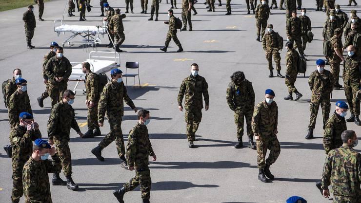 Hilfe in Uniform: Soldaten des Spitalbataillons 2 der 1. Territorialdivision üben den Einsatz in den Schweizer Spitälern.