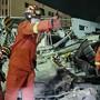 Feuerwehrleute arbeiten zwischen eingestürzten Gebäuden nach der Explosion eines Tanklastwagens. Foto: Uncredited/CHINATOPIX/AP/dpa