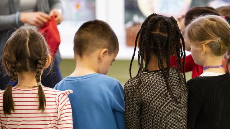 Mit mehr als einer Sprache aufzuwachsen, prägt die Kommunikationsfähigkeiten von Kindern. (Symbolbild)