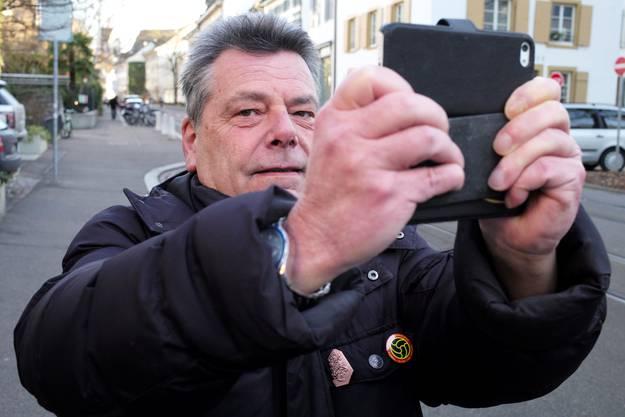Zum Nachfotografieren der historischen Aufnahmen benutzt Ebneter zwei Handies