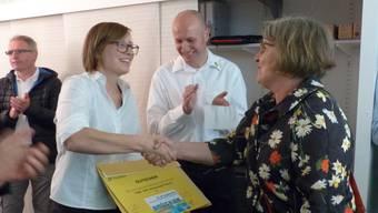 Monika Hasler und Peter Weber übergeben einen Gutschein an Brigitte Brügger vom Kulturbüro Rheinfelden (r.) für die Veranstaltung Brückensensationen. ari