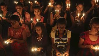 Schulmädchen beten für das vergewaltigte fünfjährige Kind
