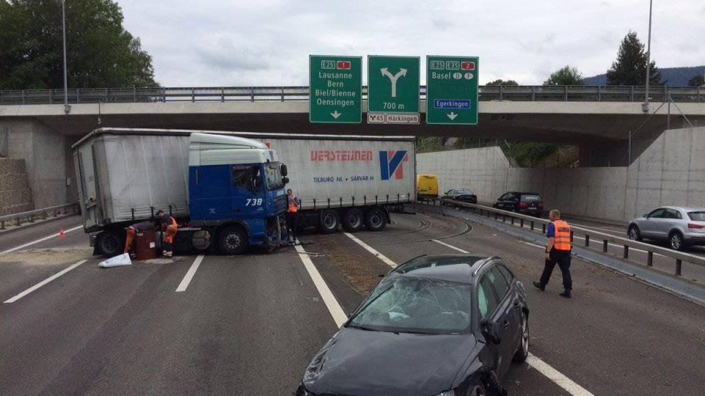 Unfall auf A1 bei Härkingen SO: Ein Sattelschlepper kollidierte mit der Mittelleitplanke. Es kommt zu grossen Verkehrsbehinderungen.