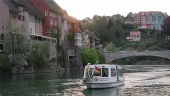 Die «MS Stadt Laufenburg» bietet die Möglichkeit, die beiden Laufenburger Schwesterstädte bei einer gemächlichen Rheinfahrt kennenzulernen.