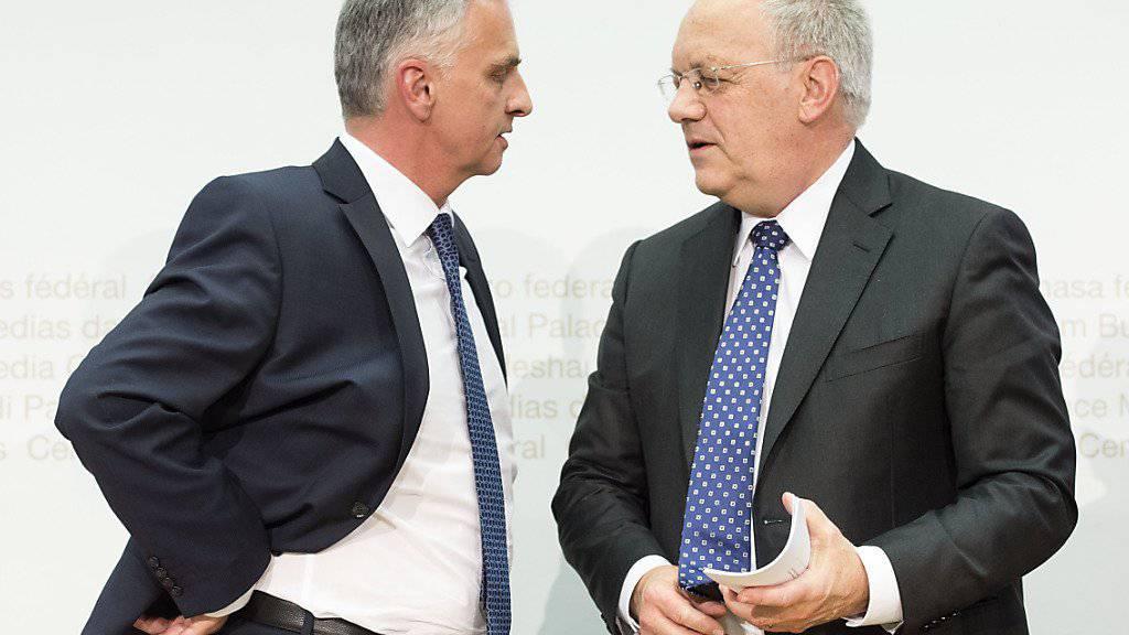Bundespräsident Johann Schneider-Ammann (rechts) und Aussenminister Didier Burkhalter sprechen über die Schweizer Entwicklungszusammenarbeit.