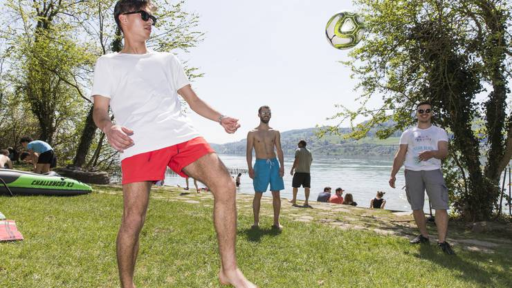 Junge Männer aus Seengen und Boniswil spielen Fussball im Strandbad Brestenberg