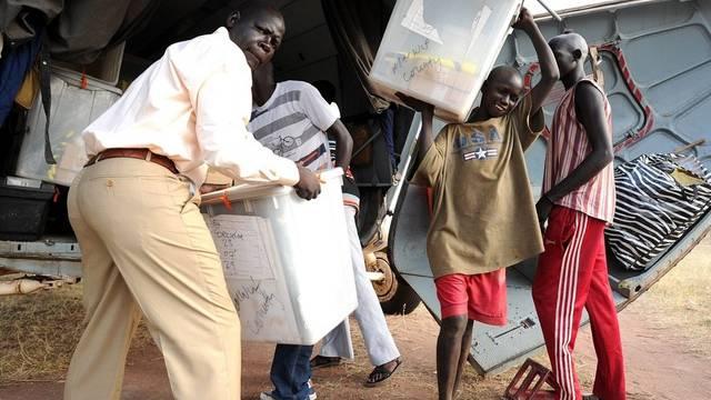 Anwohner helfen in Tali dabei, Unterlagen in die Wahlbüros zu bringen
