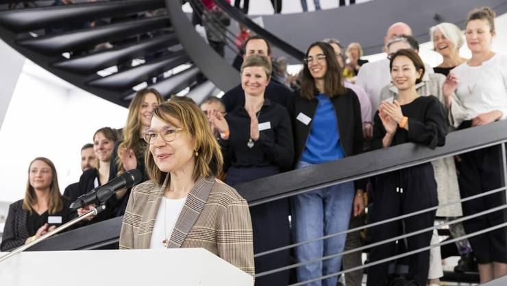 Direktorin Madeleine Schuppli spricht an der Vernissage Blumen für die Kunst, am 4. März 2019 im Aargauer Kunsthaus. Im Hintergrund die teilnehmenden Floristinnen und Floristen.