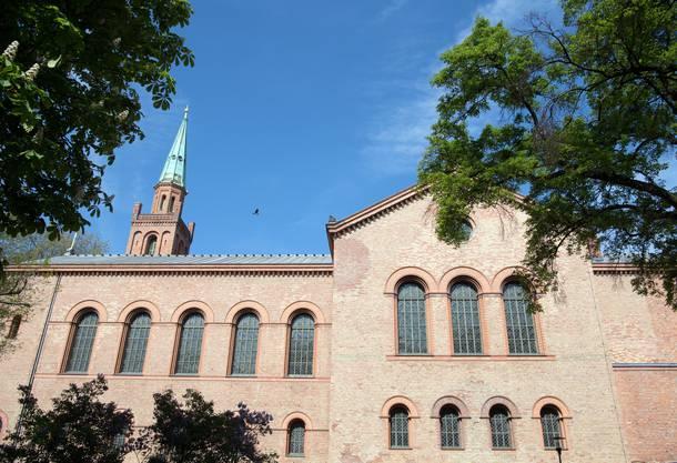 Die liberale Ibn-Rushd-Goethe Moschee, in der Frauen Seite an Seite mit Männern zum Gebet niederknien, ist in der evangelischen Kirche St. Johannes in Berlin Moabit untergebracht.