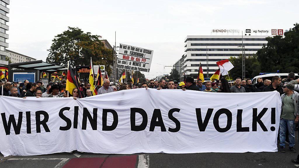 Die Bewegung Pro Chemnitz verlangt einen Stopp der Zuwanderung - vor allem von Muslimen (ähnlich der Pegida) und demonstriert mit dem Slogan «Wir sind das Volk», weil sie sich von der etablierten Politik ignoriert fühlt. Verbindungen zur Nazi-Szene sind teilweise nachgewiesen.
