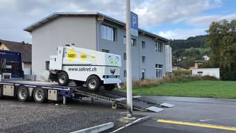 Zaghaft landete die neue Eisreinigungsmaschine der Kunsteisbahn Oberwynental erst auf dem Teer, dann auf dem Eis