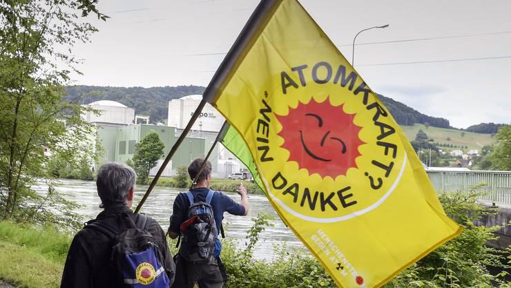 Mit dem Menschenstrom wollen die Teilnehmer ein Zeichen setzen für einen geordneten Atomausstieg sowie die sofortige und definitive Stilllegung des AKW Beznau.