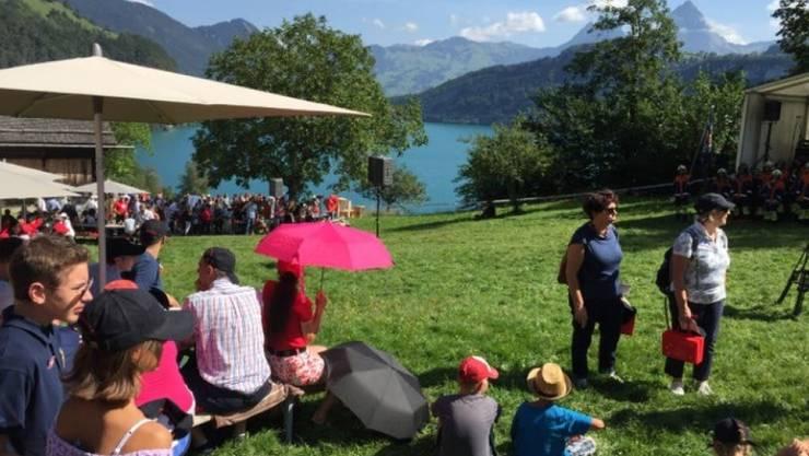 Bei prächtigem Wetter haben sich mehrere hundert Personen auf der Rütliwiese für die Bundesfeier eingefunden.