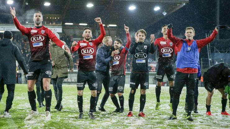 Sie können sich feiern lassen: Die Spieler des FC Aarau haben das schwierige Spiel deutlich für sich entschieden.